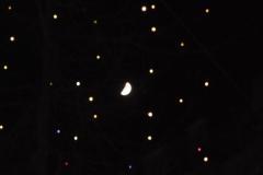 21.11.: Lucy – Weihnachtsbeleuchtung mit Mond